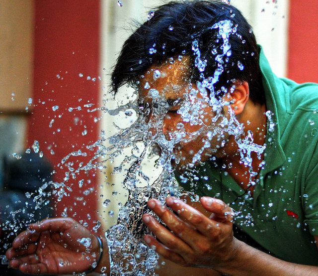 顔を洗う男性