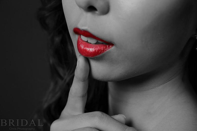 赤い口紅を塗った女性